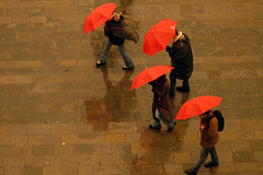 the red ones (elfis gallery) Tags: street venice red people italy topf25 rain publicspace wow cool topf75 perfect italia outdoor streetphotography 20 lovely 50 umbrellas venezia myfavs inpublic northitaly top20favview 777v7f 50favs top20street bilderfantasien decicivemoment peopleoutdoor winnerflickrsweekly50favoritescontest street5bob