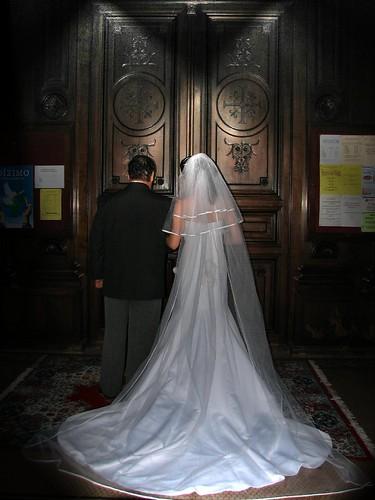 Невеста подала в суд на дизайнера из-за голой попы