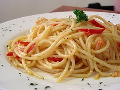 aglio olio with prawns (Satya W) Tags: food lunch italian prawns pasta spaghetti 2008 200604 aglio olio ginos citos 200805