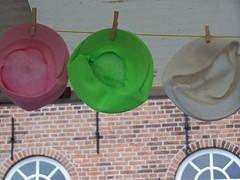 hoeden, petten en dameskorsetten (victordekeijzer) Tags: enkhuizen vrijmarkt