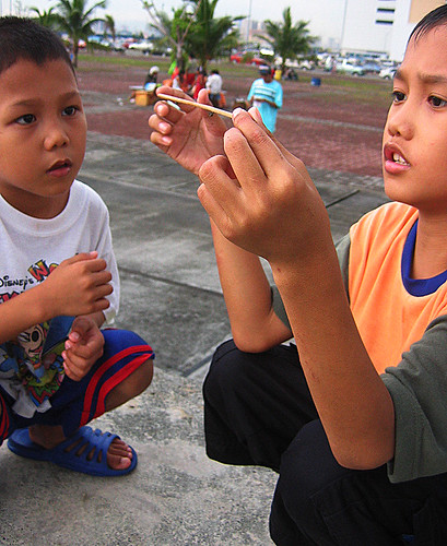boys spider stick playing Buhay Pinoy Philippines Filipino Pilipino  people pictures photos life Philippinen  菲律宾  菲律賓  필리핀(공화국)