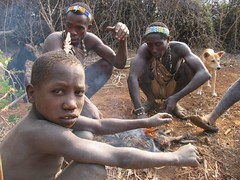 Cocina de campaa (public mirror) Tags: africa children tanzania perros infancia nio arco hunters cazadores caza flecha tribu hadzabe bosquimanos