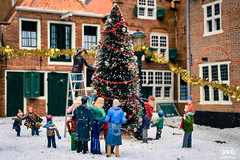 X-mas by Madurodam (Van Esch Design (VED)) Tags: plastic little small minimize miniature minifigure miniverse closeup dof depthoffield noch preiser h0 macro toy snow christmas xmas tree christmastree building house