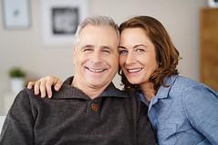 Leise Lüftung macht das Wohnen behaglicher & gesünder! (wohnnet) Tags: bestager paar liebe freude freudig spas mann frau wohnung haus zuhause sofa verliebt ehepaar reif älter umarmung zufrieden senior alter gesicht nähe nah glücklich glück wohnzimmer umarmen zusammen zusammenhalt lächelnd grauhaarig entspannt gesund gesundheit fit aktiv freizeit personen menschen leute zwei 50s spa lter nhe glcklich glck lchelnd germany
