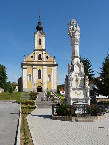 Mecseknádasd, Plébániatemplom és Szentháromság-szobor