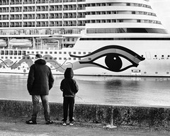 AIDA PRIMA LOOK (didi tokaoui) Tags: didi tokaoui photo aida prima look regard bateau boat cruise croisiere le havre child enfant fishing peche
