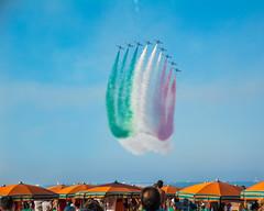 frecce (saverio.dambrosio) Tags: marina mare air tri colori ombrelloni spiaggia spettacolo frecce italiana igea bandiera bellaria veicoli auerei