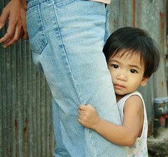 protect me (the foreign photographer - ฝรั่งถ่) Tags: me portraits canon thailand kiss child bangkok leg mothers protect clutching khlong bangkhen thanon 400d
