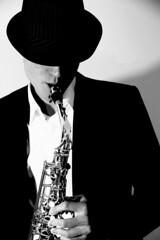 Musicien saxophoniste (jackyg170) Tags: musicien saxophoniste saxo saxophone noir blanc monochrome artiste sax music jazz hat black white