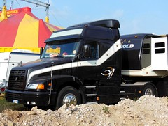 """Tracteur VOLVO  NH12 Globetrotter """"Cirque PINDER"""" (xavnco2) Tags: black france truck volvo noir circo circus lorry camion trucks cirque amiens picardie somme autocarro 2015 museau pinder zirkus tourne nh12 mgacit llkw"""