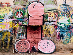 A colorful island in south Tel Aviv (pietschy.de) Tags: cats streetart art contrast penis graffiti israel telaviv stencil colorful fotograf photographer kunst creative kontrast  katzen bunt carpenter florentine kreativ schablone      documentaryphotography tischler   dokumentarfotografie     stefaniepietschmann