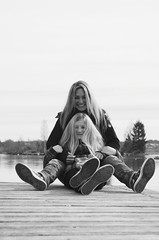 Isa und Hanni (Alealina) Tags: mutter tochter sw outdoor people family