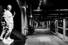 Paris, station Louvre-Rivoli (stephane_p) Tags: louvre pentax blackandwhite blackwhite bw metro monochrome métro nb noirblanc noiretblanc paris subway pentaxart skancheli