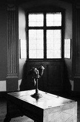 Chèz Annette (Mind & Brain) Tags: analog film blackwhite pult desk table writing writer window tones minimalistic availablelight poem
