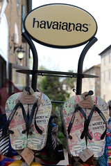 Golden shoes (pineider) Tags: price gold boobs titts havaianas cher caro topless tette costo prezzo carissimo pricio