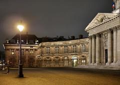 Rester humble devant les ors de la République... (Thierry.Vaye) Tags: paris institutdefrance place pavés panasonic gx7 pancake 20mm f17 lampadaire