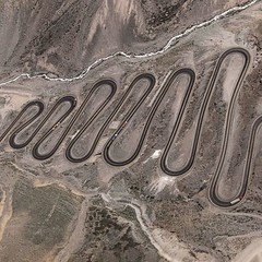 """Caracoles"", o impressionante trecho da estrada que corta os Andes, ligando a Argentina ao Chile. Logo ao lado fica a famosa estao de ski de Portillo. (via Instagram Fotografias Areas) (fotografiasaereas) Tags: de photography foto photos banco imagens aerial fotos fotografia area fotografias areas photographies instagram"