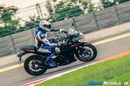 2015-Yamaha-R3-01