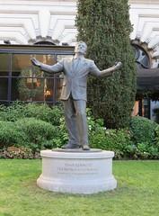 San Francisco. Fairmont Hotel. Tony Bennett (Traveling with Simone) Tags: tonybennett fairmonthotel fairmont hotel sanfrancisco statue outdoor song singing music entertainment entertainer chanteur