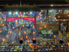 观音庙的头一柱香 (BP Chua) Tags: lunarnewyear newyear chinesenewyear cny2017 nikon nikonsg chinese religion taoist people slowshutter longexposure crowd incense temple singapore night kwanimthong