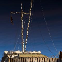 Mast, erschüttert (zeh.hah.es.) Tags: emden delft ratsdelft spiegelung reflection wasser water niedersachsen deutschland germany ostfriesland hafen harbour blau blue beige braun brown holz wood