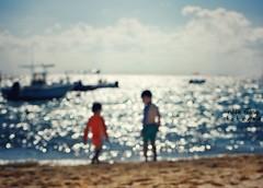 It's good to be free (Mister Blur) Tags: blur waves sea rivieramaya playadelcarmen children brothers stateofbliss itsgoodtobefree oasis noel gallagher nikon d7100 bokeh