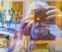 Selfie mit Amsel und lesendem Mdchen (JohannFFM) Tags: germany frankfurt main mdchen selfie amsel