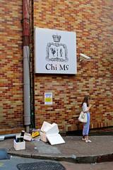 Chi Mc (Mondmann) Tags: street woman brick wall trash restaurant garbage alley asia streetphotography korea seoul southkorea rok itaewon texting eastasia republicofkorea mondmann canonpowershots120 chimc chimaek