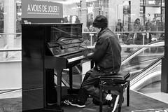 A vous de jouer (MNP[FR]) Tags: people blackandwhite paris france noir noiretblanc piano samsung pianist et blanc personnage pianiste baladesparisiennes nx3000