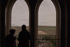 Observando el paisaje castellano desde el Alczar de Segovia (damargo1983) Tags: windows people verde window clouds contraluz ventana arquitectura gente paisaje personas ventanas segovia nubes campo alczar alczardesegovia camposdecastilla