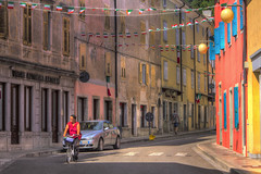 CORMONS. VIA MATTEOTTI (FRANCO600D) Tags: cormons fvg friuli friuliveneziagiulia collio tricolore italia italy italie italien bellitalia centro centrostorico città strada palazzi case bicicletta colori bandierine festoni canon eos600d sigma franco600d