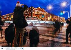 People photographing the iconic Honest Ed's sign before it closes its doors on December 31, 2016. (Vincent Demers - vincentphoto.com) Tags: amériquedunord attractiontouristique bargainstore batiment building canada city historiclocation honesteds iconic landmark magasin northamerica ontario photodevoyage photographiedevoyage sitehistorique store theannex toronto tourismattraction travel travelphoto travelphotography trip vintage voyage