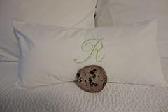 Chocolate Chip Cookie on the Bed in Room 514 (ricko) Tags: cookie bed pillows chocolatechip hotelroom raphaelhotel kansascity 22365 2017 r room514