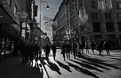 citywalk (christikren) Tags: kärntnerstrasse wien licht shadow schatten vienna people menschen tourist travel sw bw shopping walk metropole street road foto dark black white photography