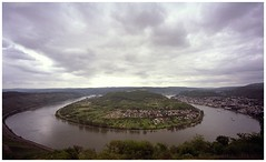 Boppard Loops, were the Rhine makes a loop (Hans van Reenen) Tags: sky film germany deutschland loop voigtlander rhine rhein bessal voigtlnder rijn boppard heliar 20060617 heliar15mm filsen boppardloops bopparderschleife