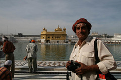 Raghu Rai at Golden Temple,India (Captain Suresh Sharma) Tags: camera travel portrait india hat asia photographer famous border rich legend amritsar goldentemple