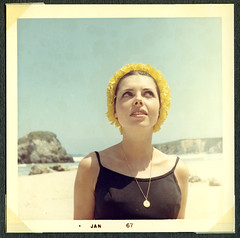 mi madre en 1967 (4) (lolapaipro) Tags: espaa spain gorro mam mother playa mama arena galicia amarillo verano 1967 mam vacaciones bao lacorua fotoantigua mimadre teretavilabella lolapai