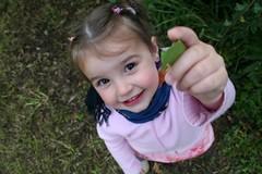 Donner (Mister_K) Tags: children child yeux enfant sourire cezanne herbe feuille regard montrer enhaut enbas