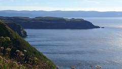 The ocean calms your mind (RIch-ART In PIXELS) Tags: peinlich glenhinnisdal scotland isleofskye atlantic ocean sea leicadlux6 dlux6 leica schotland water shore coast green ferns landscape light hills