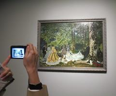 """Beaucoup de monde pour regarder """"Le Déjeuner sur l'herbe"""" de Claude Monet - Collection Chtchoukine, Fondation Vuitton, Paris XVIe (Yvette G.) Tags: ledéjeunersurlherbe fondationvuitton paris paris16 collectionchtchoukine claudemonet"""