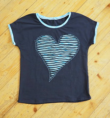 Herzshirt (Two_tango) Tags: nähen sewing jersey crafting kleidung garments diy shirt applique applikation slashing heart ornament teen