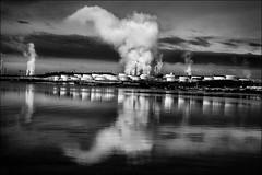 Innocente fumée (vedebe) Tags: noiretblanc netb nb bw monochrome usine fumée petrole petrochimie berre etangdeberre provence france ecologie industrie paysages reflets