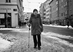 winter in the city VI (Erwin Vindl) Tags: winterinthecity streetphotography streettogs candid blackandwhite bw monochrome innsbruck erwinvindl olympusomd em10markii