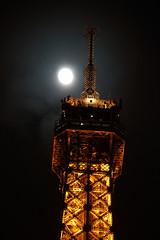 Eiffel & Moon (Toni Kaarttinen) Tags: moon paris france tower metal night lights evening frankreich eiffeltower frana landmark eiffel toureiffel frankrijk prizs francia iledefrance parijs parisian pars  parigi frankrike  pary   francja ranska pariisi  franciaorszg  francio parizo  frana