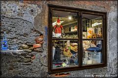 La piccola vetrina (celestino2011) Tags: vetrina oggetti pupazzo muro mattoni legno vecchio torrepellice hdr