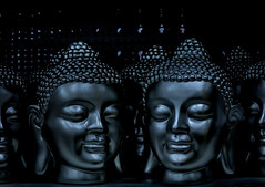 The Ultimate Smile (thewhitewolf72) Tags: buddha lächeln dunkel ausgestellt wiederholung metall kopf verkauf baumarkt