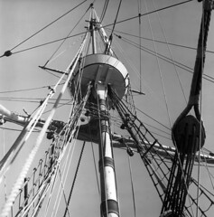 102759 01 (ndpa / s. lundeen, archivist) Tags: nick dewolf nickdewolf october bw blackwhite photographbynickdewolf 1959 1950s film 6x6 mediumformat monochrome blackandwhite mass massachusetts plymouth harbor plymouthharbor ship tallship mayflowerii historical mast ropes gear rope rigging detail details crowsnest