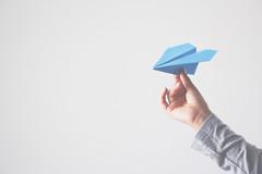 Que empiece el viaje (Ines L. Pisano) Tags: hands manos conversaciones 52semanas travel fly viajar volar avióndepapel paperplane minimalismo minimalism