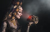 Schau mir in die Augen (ellen-ow) Tags: arcen elfiafantasyfair europa fantasy frauen kopfbedeckungen niederlande streets totenkopf person woman porträt mensch ellenow nikond5