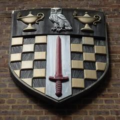 Birkbeck owl (C_Oliver) Tags: england bird london college heraldry coatofarms university bricks bloomsbury owl sword shield lamps brickwork heraldic birkbeck wc1 universityoflondon maletstreet birkbeckcollege